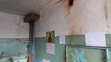 Photo of «Мы уже ни во что не верим, но, может быть, нас кто-то услышит», — жильцы пятиэтажки с протекающей крышей в Корабельном (ВИДЕО)