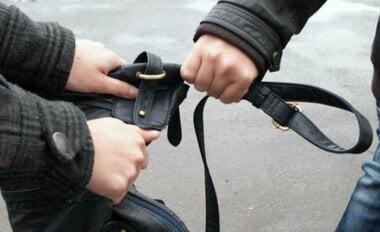 Двое парней возле школы №1 ограбили девушку, вырвав из ее рук сумку