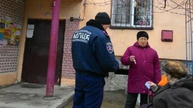 Участковые Корабельного района раздали пенсионерам визитки | Корабелов.ИНФО