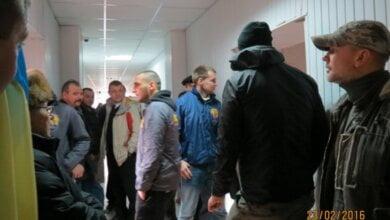 Photo of ВИДЕО. «Толпа разбираться не будет», — родственники обвиняемых в сепаратизме недовольны, что активисты «АЗОВа» пришли на суд