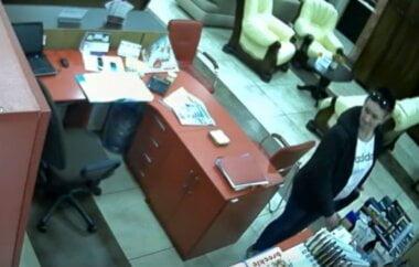 """В Корабельном женщина похитила у продавца в магазине телефон """"Iphone 6"""" (Видео)"""