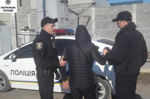 Знову в Корабельному районі наркоман видав себе при зустрічі з поліцією   Корабелов.ИНФО
