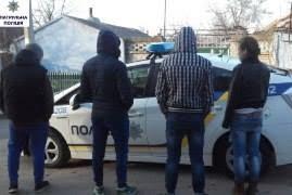 Средь бела дня подростки ограбили юношу возле супермаркета в Корабельном районе
