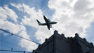 самолет над домами