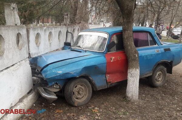 Не разминулись… В результате ДТП в Корабельном районе очередной автомобиль врезался в забор ЖЦРБ (видео) | Корабелов.ИНФО image 9