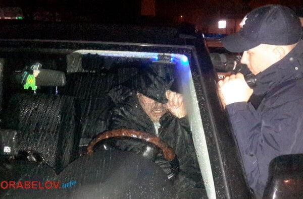 Разбив стекло автомобиля, патрульные достали из него неадекватного водителя - бывшего сотрудника ГАИ (видео) | Корабелов.ИНФО image 4