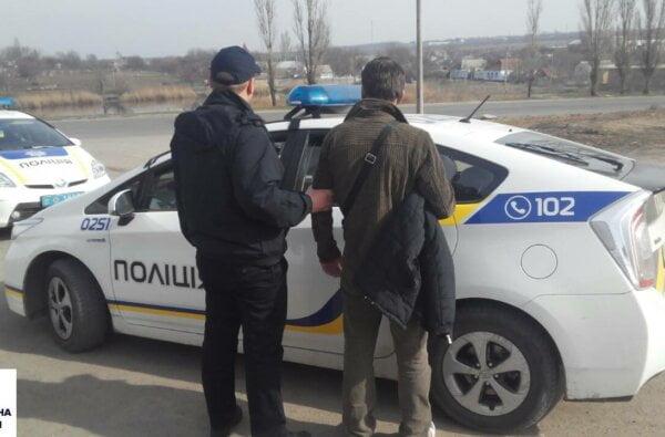 Патрульні у Корабельному районі затримали перехожого, у якого в рукаві куртки був шприц з наркотиком   Корабелов.ИНФО
