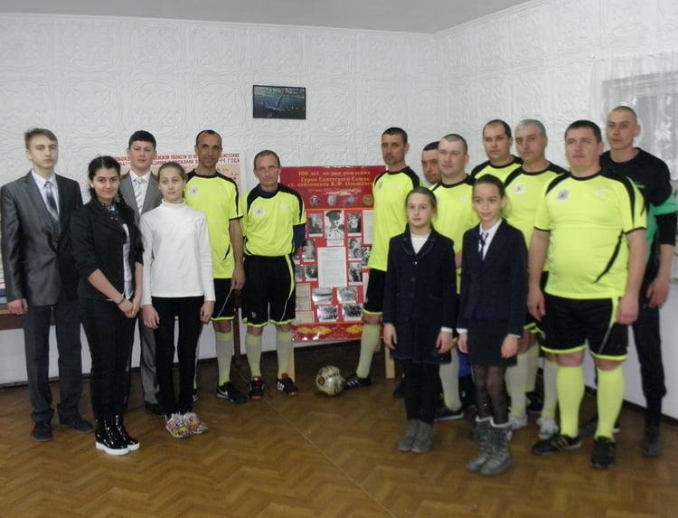 Photo of В память об освобождении Николаева военные моряки, портовики и школьники сыграли в Корабельном районе в футбол