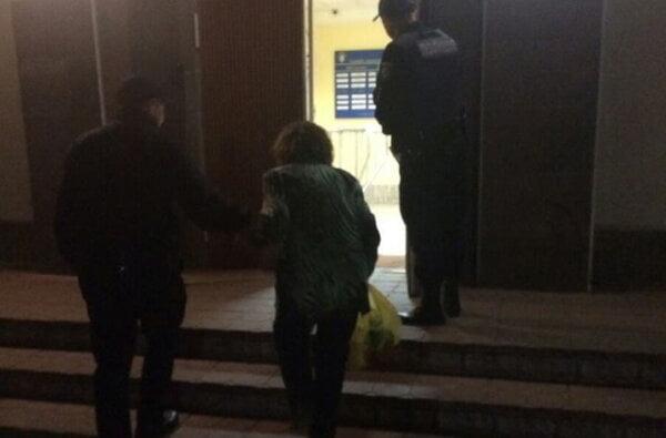 """15 годин """"блукала"""" жінка, пішовши з дому, поки патрульні поліцейські не виявили її у Корабельному районі   Корабелов.ИНФО"""