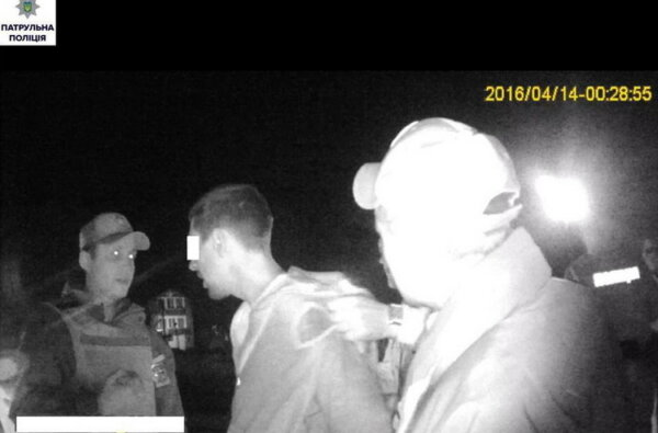 """""""Пошутили"""". Парней, устроивших """"разборки"""" возле бара в Корабельном, доставили в райотдел в наручниках   Корабелов.ИНФО image 1"""