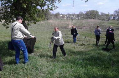 "Школярі продовжили очищення парку ""Богоявленськ"" 29 квітня | Корабелов.ИНФО image 3"