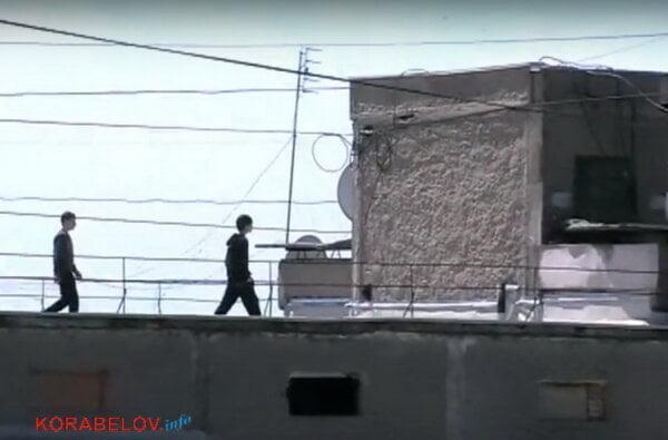 """""""По самому краю"""". В Корабельном районе подростки разгуливают по крышам """"многоэтажек"""" (ВИДЕО)   Корабелов.ИНФО image 2"""