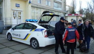 Патрульні поліцейські поспілкуються з кожним, в кого є до них питання: 14 квітня у Корабельному районі Миколаєва   Корабелов.ИНФО