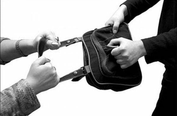 В Корабельному районі грабіжник попросив запалити і вирвав з рук молодика сумку | Корабелов.ИНФО