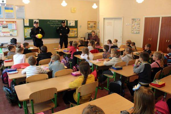 Полицейские встретились с первоклашками школы №14: и научили, и поиграли   Корабелов.ИНФО image 2