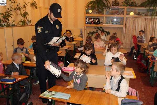 Полицейские встретились с первоклашками школы №14: и научили, и поиграли   Корабелов.ИНФО image 3