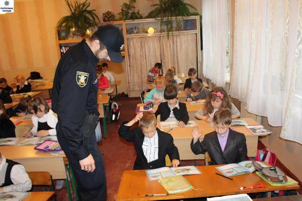 Полицейские встретились с первоклашками школы №14: и научили, и поиграли   Корабелов.ИНФО image 4