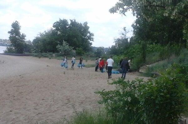 Пивовари прибирали на пляжі у Корабельному районі   Корабелов.ИНФО image 1