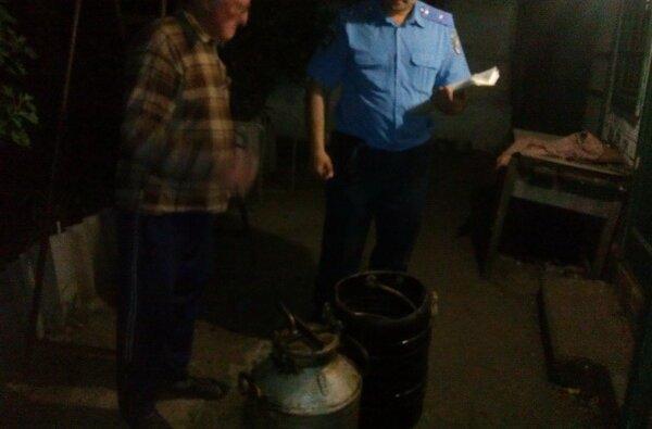 Сусід поскаржився, і поліцейські Корабельного району покарали пенсіонера-самогоновара | Корабелов.ИНФО image 1
