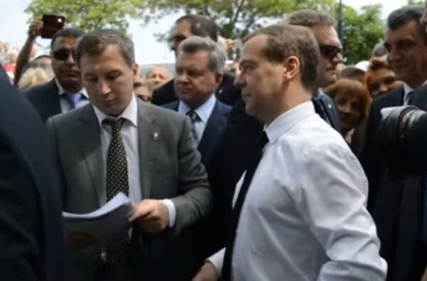 """""""Денег нет, но вы держитесь"""", - Медведев ответил пенсионерам в Крыму (видео)   Корабелов.ИНФО"""