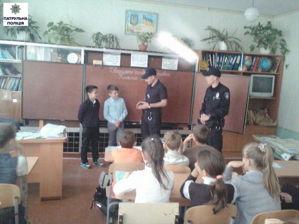 Напередодні шкільних канікул: патрульні у Корабельному провели урок для школярів на тему «дитина та незнайомець» | Корабелов.ИНФО image 3