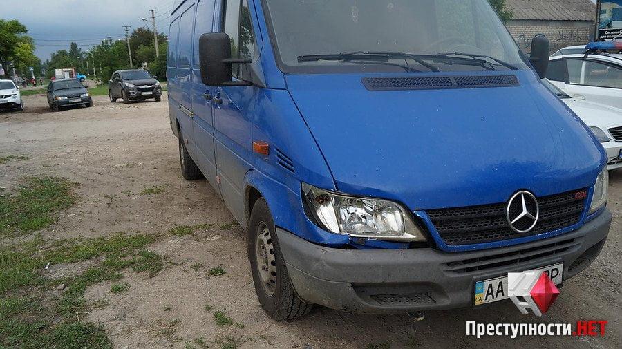 На проспекте Богоявленском из-за ямы на дороге в ДТП попали 2 легковушки, микроавтобус и мотоцикл   Корабелов.ИНФО image 3