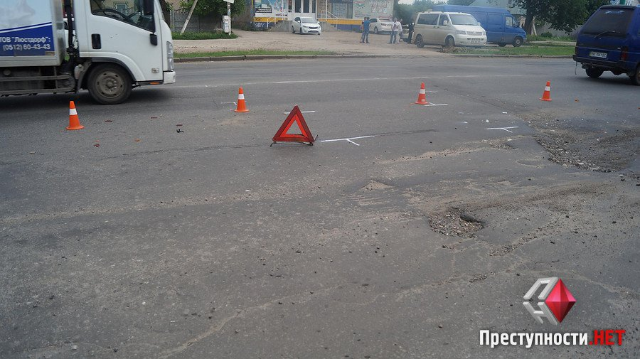 На проспекте Богоявленском из-за ямы на дороге в ДТП попали 2 легковушки, микроавтобус и мотоцикл   Корабелов.ИНФО image 6