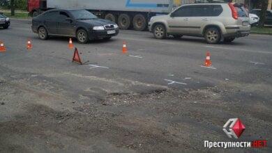 На проспекте Богоявленском из-за ямы на дороге в ДТП попали 2 легковушки, микроавтобус и мотоцикл | Корабелов.ИНФО image 1