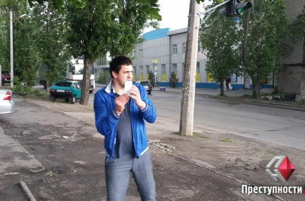 В Николаеве херсонцы, подсудимые в деле об избиении патрульных, возле суда избили журналиста и отобрали фотоаппарат   Корабелов.ИНФО image 1