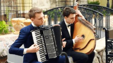 Николаевские музыканты на бандуре и аккордеоне исполнили кавер на хит британских рокеров (Видео)   Корабелов.ИНФО