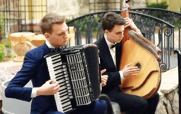 Николаевские музыканты на бандуре и аккордеоне исполнили кавер на хит британских рокеров (Видео) | Корабелов.ИНФО