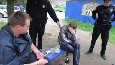 «Нам не сложно», - полицейские убрали бутылки за парнями, распивающими спиртное на детской площадке (ВИДЕО)   Корабелов.ИНФО image 4