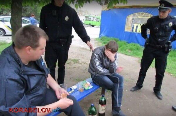 «Нам не сложно», - полицейские убрали бутылки за парнями, распивающими спиртное на детской площадке (ВИДЕО) | Корабелов.ИНФО image 4