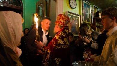Благодатный огонь в храмы Корабельного района традиционно доставил Артем Ильюк   Корабелов.ИНФО image 2