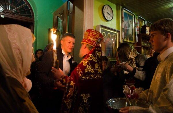 Благодатный огонь в храмы Корабельного района традиционно доставил Артем Ильюк | Корабелов.ИНФО image 2