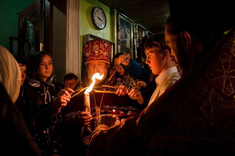 Благодатный огонь в храмы Корабельного района традиционно доставил Артем Ильюк | Корабелов.ИНФО image 3