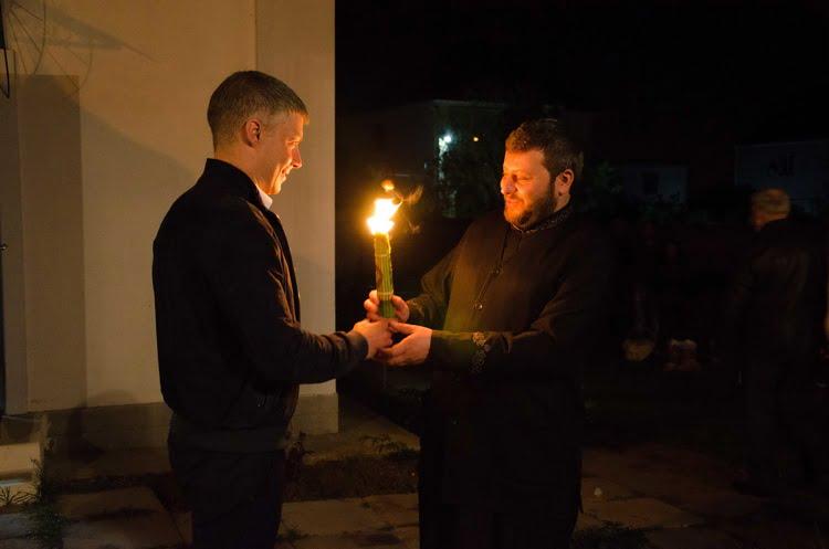 Благодатный огонь в храмы Корабельного района традиционно доставил Артем Ильюк | Корабелов.ИНФО image 5
