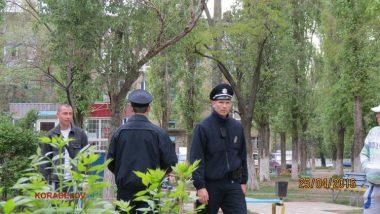 «Нам не сложно», - полицейские убрали бутылки за парнями, распивающими спиртное на детской площадке (ВИДЕО) | Корабелов.ИНФО image 2