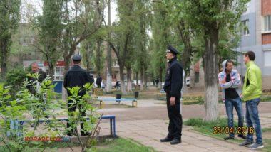 «Нам не сложно», - полицейские убрали бутылки за парнями, распивающими спиртное на детской площадке (ВИДЕО) | Корабелов.ИНФО image 3