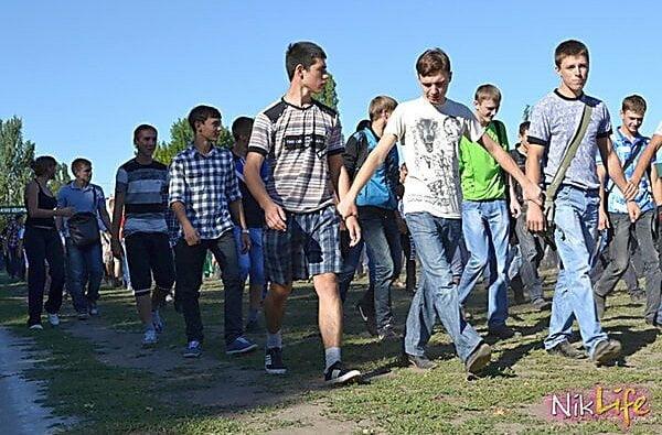 Как при «регионалах»: в Николаеве сгоняют студентов убирать парк «Победа» к приезду Порошенко | Корабелов.ИНФО