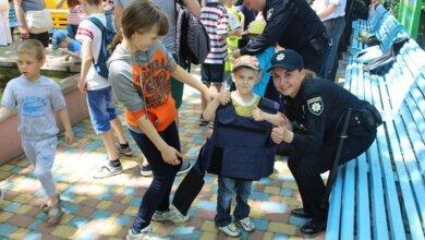 Photo of Як патрульні міста Миколаєва привітали дітей зі святом