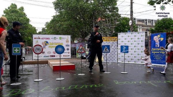 Як патрульні міста Миколаєва привітали дітей зі святом | Корабелов.ИНФО image 5