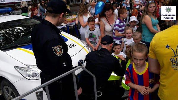 Як патрульні міста Миколаєва привітали дітей зі святом | Корабелов.ИНФО image 6