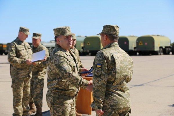 Генерал Степан Полторак на аеродромі «Кульбакіно» нагородив військових авіаторів   Корабелов.ИНФО image 4