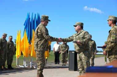 Генерал Степан Полторак на аеродромі «Кульбакіно» нагородив військових авіаторів   Корабелов.ИНФО image 1
