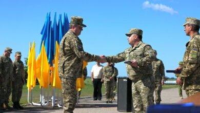 Генерал Степан Полторак на аеродромі «Кульбакіно» нагородив військових авіаторів | Корабелов.ИНФО image 1