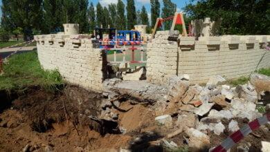 Photo of Из-за прорвавшей водопроводной трубы пришлось разрушить одну из башен «Сказки» в Корабельном районе (видео)