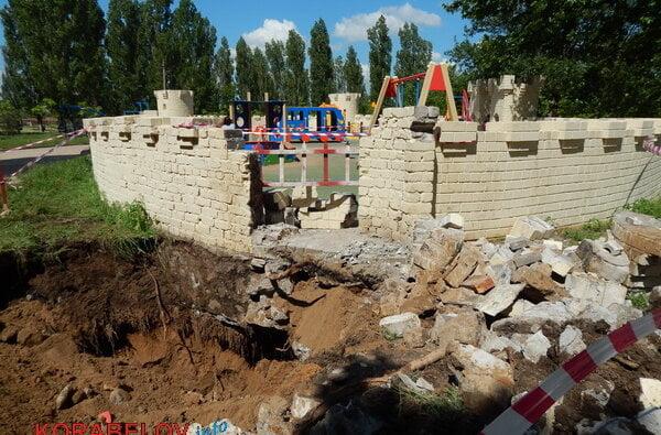 Из-за прорвавшей водопроводной трубы пришлось разрушить одну из башен «Сказки» в Корабельном районе (видео)   Корабелов.ИНФО image 1