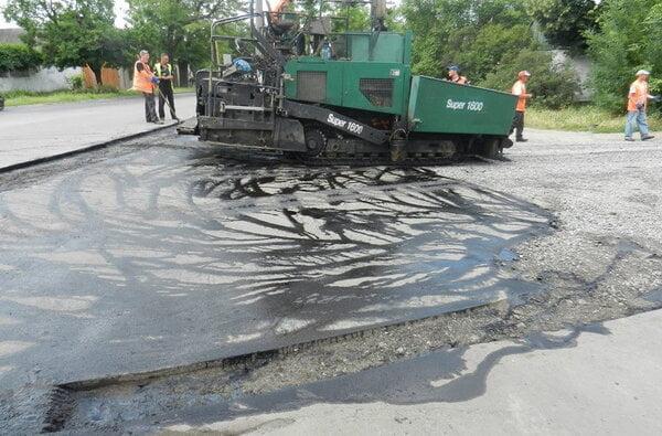 По улице Антонюка (бывшей ул. Жукова) укладывают асфальт | Корабелов.ИНФО image 1