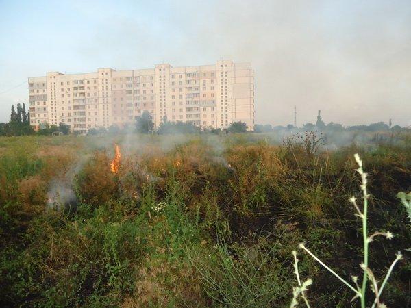 В Корабельном за сутки - более 5 пожаров на открытых территориях. Жители снова тушили траву на пустыре за школой № 48 (ВИДЕО) | Корабелов.ИНФО image 2